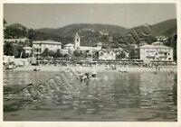 Cartolina di Varazze, mare e spiaggia con bagnanti - Savona