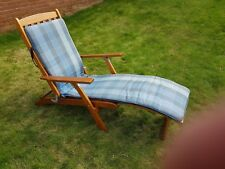 Reclining wooden sun lounger with cover
