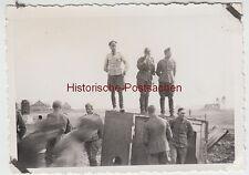 (F10107) Orig. Foto deutsche Soldaten im Felde, stehen auf Schrank o.ä. 1930/40e