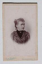 27554 CDV Porträt Photo Frau mit Ansicht vom Atelier Paul Fischer Schmiedeberg