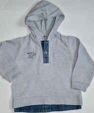 Pull à capuche manches coton gris et denim MEXX petit gars de 18/24 mois (86 cm
