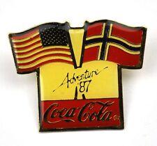 COCA COLA COKE PIN DE SOLAPA EE.UU. Adventure '87 Bandera + Noruega