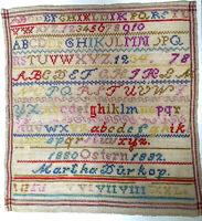 ANTIKES STICKMUSTERTUCH BUNT WOLLE FRAU GÖTZ  1880-1882 29 x 31cm