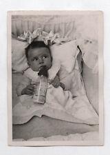 PHOTO ANCIENNE Enfant Bébé Biberon Lait 1936 Nestlé Lit Bouche Snapshot Vintage