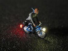 F68 - N Vélo avec éclairage LED avec Figure Homme avec Écharpe 1:160