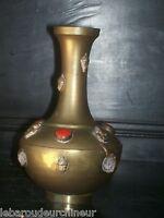 ancien vase africain avec pierres