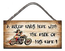 SHABBY CHIC FUNNY PLAQUE A BIKER LIVES HERE WITH THE RIDE OF HIS LIFE  GIFT 01