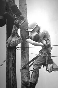 Lineman Gives Mouth to Mouth on Pole-Pulitzer Prize Award Winning Photo
