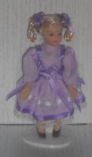 Puppe, Mädchen lila Kleid & Zöpfen, Maßstab 1:12, Miniatur f.d. Puppenstube #15#