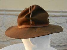 Ancien chapeau de scout avec insigne.