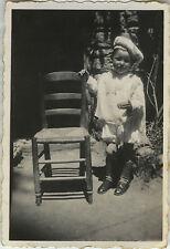 PHOTO ANCIENNE - VINTAGE SNAPSHOT -ENFANT DÉGUISEMENT MODE CHAISE DRÔLE-DISGUISE