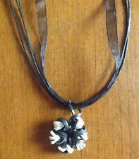 collier organza noir avec pendentif fleur noir et blanc
