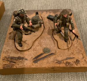 Britains 2004 - 3 Figures and a Base