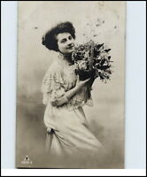 Künstler-AK 1911 hübsche Frau Blumen Bouguet Postkarte ab Stempel Saalfeld gel.