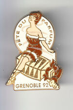 RARE PINS PIN'S .. FILLE SEXY GIRL PARFUM PERFUME MODE FASHION GRENOBLE 38 ~CB