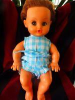 poupée bella 28cm des ans 70 vétements vintage bleus  yeux dormeurs