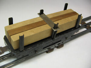 MARX 563 LUMBER CAR WITH 3 LOGS SPRING HOLD DOWN - 4 Wheel