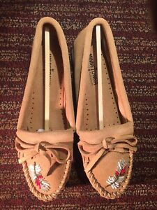 Minnetonka moko moc taupe Women's Size 7.5 Brown Shoes