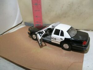 WELLY 1999 CROWN VICTORIA POLICE CAR - NO DAMAGE , BUT PASSENGER SIDE MIRROR MIS