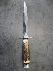 Ancien couteau stylet de chasse à lame mouvementée.