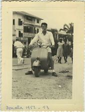 PHOTO ANCIENNE - VINTAGE SNAPSHOT - SCOOTER VESPA DOUALA CAMEROUN - MOTORBIKE