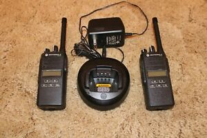 Motorola CP185 Two Way Radio VHF 435-480mhz 16 Ch 4Watt AAH03KEF8AA7AN w/battery