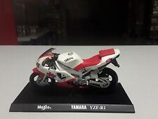 Maisto 1:18 Yamaha YZF R1 in Rotweiss Standmodell mit Grundplatte.