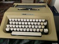 Lovely rarely used vintage Olivetti Lettera 25 Manual Typewriter 15 ribbons