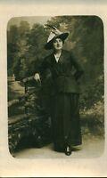 Carte photo ancienne femme au chapeau tenue élégante