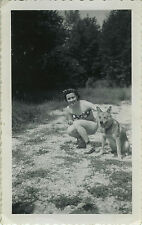 PHOTO ANCIENNE - VINTAGE SNAPSHOT - FEMME PIN UP SEXY CHIEN DRÔLE - DOG WOMAN
