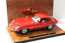 1:18 Bburago Jaguar E-Type Coupe red * Wood plate * New en Premium-modelcars