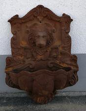 Wandbrunnen mit Löwenkopf als Wasserspeier - EISEN - rost-Wasserstelle brunnen