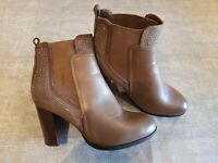 Glossy size 6 brown faux leather elastic panel block heel Chelsea ankle boots