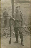 763: AK Postkarte Foto Soldat mit Gewehr 1. Weltkrieg Feldpost 1915