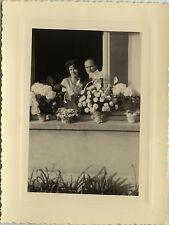 PHOTO ANCIENNE - VINTAGE SNAPSHOT - COUPLE MARIAGE BOUQUET FLEURS FENÊTRE-LOVERS