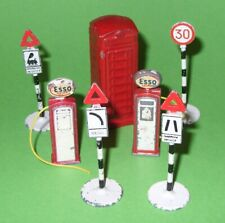 Dinky Accessories / Road Signs, Petrol Pumps & Telephone Box