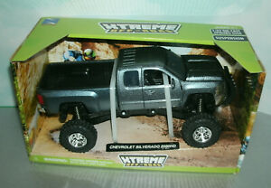 1/32 Scale 2014 Chevy Silverado 2500HD Pickup Truck Diecast Toy - New-Ray 54526