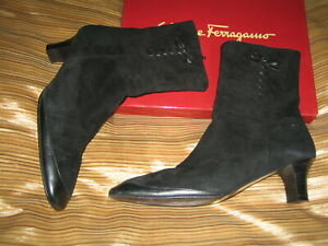 SALVATORE FERRAGAMO SUEDE ANKLE BOOTIES IN BLACK CAP TOE BOW DETAIL 9.5 AA ITALY