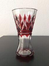 Vase en cristal double couche coloré rouge taillé signé Val Saint Lambert