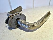2 anciennes poignées de porte en métal + 2 petites plaques de propreté + carré