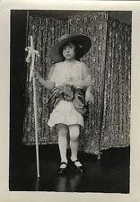 PHOTO ANCIENNE - VINTAGE SNAPSHOT - FILLE DÉGUISEMENT MODE CHAPEAU PARAVENT-GIRL