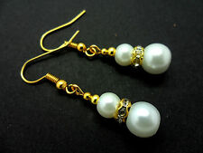 A PAIR OF SHORT DANGLY WHITE  GLASS PEARL  GOLD PLATED DANGLY EARRINGS.
