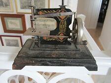 JOUET ANCIEN MACHINE A COUDRE MINIATURE BABY EN FONTE ET TOLE PEINTE VERS 1920