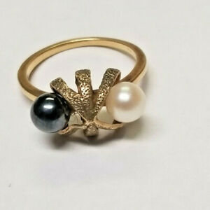 A Black & White Pearl Ring With 10K Yellow Gold