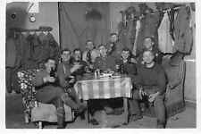 Foto deutsche Soldaten beim Bier trinken Quartier in Frankreich