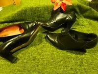 T40=== 2paires chaussures  noires cuir =andrée et éram  bon état trotteurs