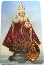 CARTE PLASTIFIEE DE L ENFANT JESUS PRAGUE  AVEC MEDAILLE DOREE ET PRIERE 9X6 CM