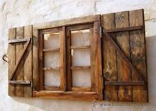 ventana con contraventanas oscura con postigos