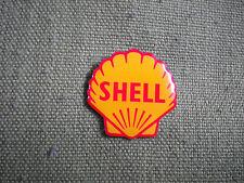 Shell oil essence / huile société pin badge