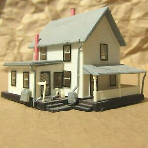 RETIRED ~ FARM HOUSE with FIGURES by Bachmann ~ Mayhayred Trains N Scale Lot